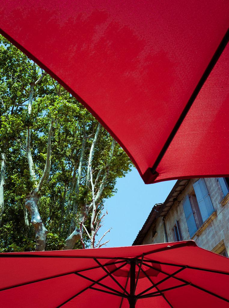 Sous des parasols rouges