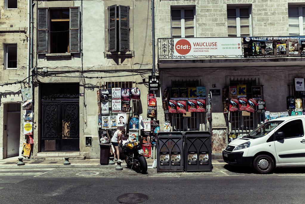 On rajoute des affiches, Avignon